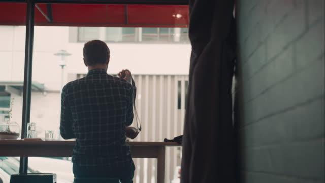 Mann verlassen Café