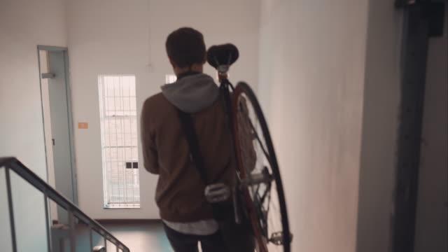 Uomo lasciando casa con bicicletta