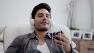 Uomo ascoltando musica