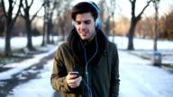 Mann hören von Musik im park
