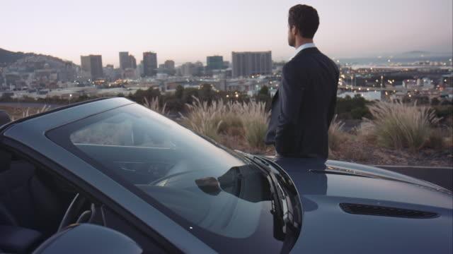 Uomo guarda in città