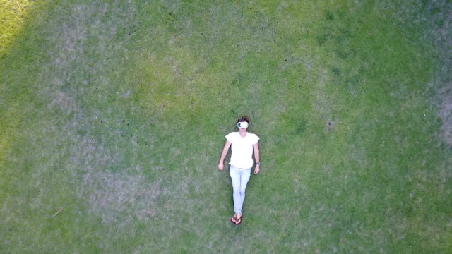 Mann auf Rücken liegend mit virtuellen Brille auf