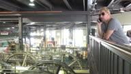Mann, der ein Unternehmen nennen mit Blick auf industrielle Maschine Hof