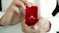 Uomo fare una proposta di matrimonio con anello apribile.