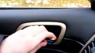 Man öffnet und schließt der Fahrertür