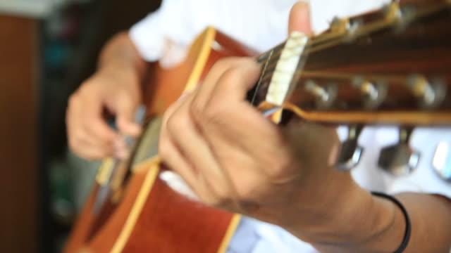 Mann spielen Sie auf Gitarre