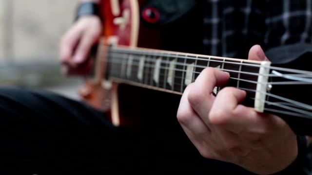 Man, een gitaar spelen