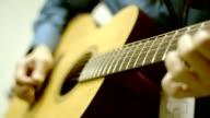 Man spelen akoestische gitaar