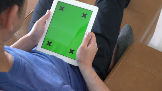 Man spielt digitale Tablet mit Green Screen