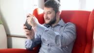 Mann spielt auf smart phone