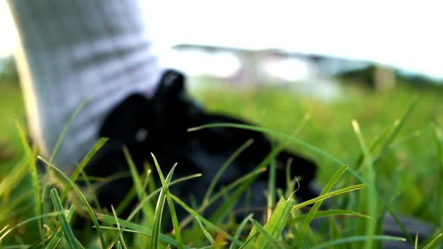 CU: En man som spelar fotboll på ett gräsbevuxna fält. -Slow Motion