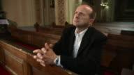 HD: Mann Beten In der Kirche
