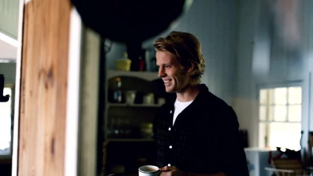 Mann, die Zubereitung von Kaffee am Morgen zu Hause