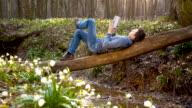 DS Mann Entspannen am creek im Wald