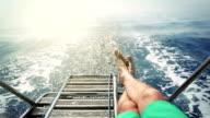 Mann entspannend während der Kreuzfahrt auf einem Segelboot