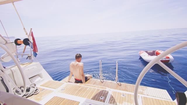 Entspannen Sie sich auf das Heck eines Segelbootes WS-Man
