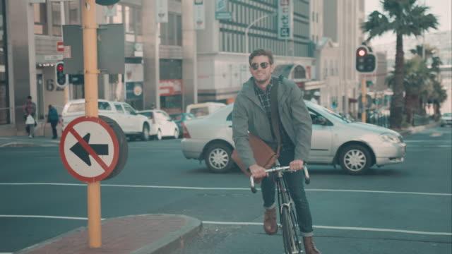 Mann auf Fahrrad in urbanem Ambiente