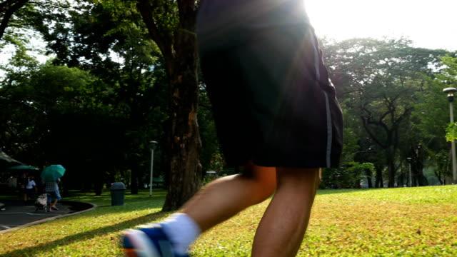 Mann läuft im Park am Herbstmorgen