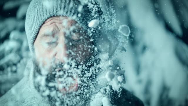 SLO MO Man schreeuwen voordat geraakt door sneeuwbal