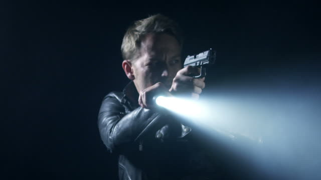 Mann mit Waffe schießen