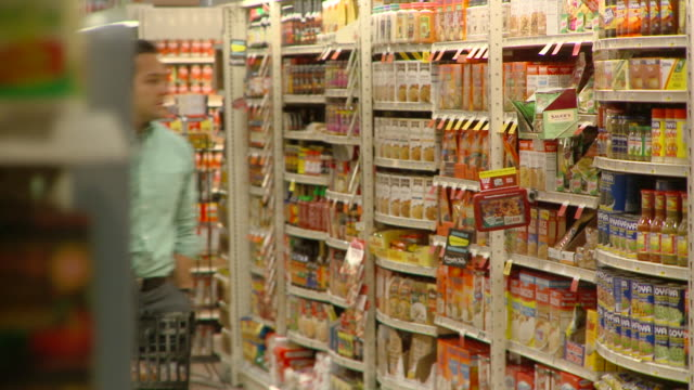 MS PAN Man  shopping in supermarket, Richmond,  Virginia, USA