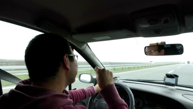 Mann singt in ein Auto