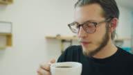 Man trinkt Kaffee