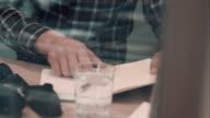 Mann sitzend im Café