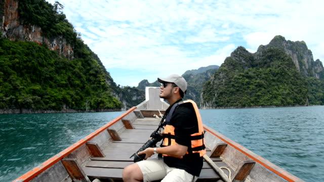 Man sitter på båten och tar fotot