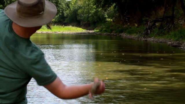 Uomo saltando pietre di fiume