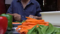 Uomo slicing carote