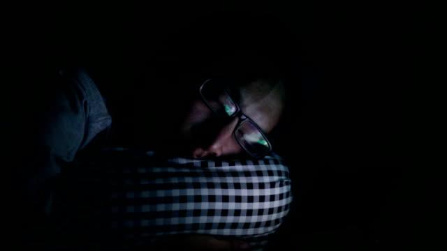 Mann ein Nickerchen machen und tablet