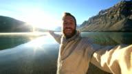 Mann nimmt selfie-Porträt mit wunderschönen Berglandschaft