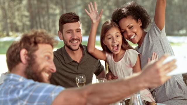 SLO MO Man nemen van selfies op een picknicktafel