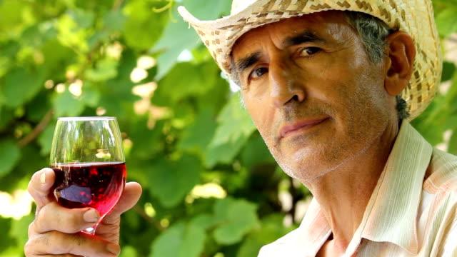 Uomo degustazione vino