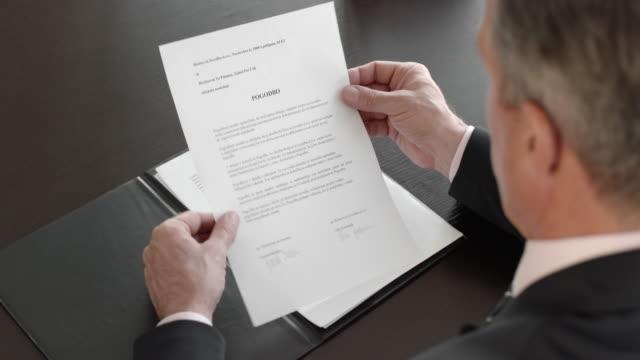 Man reißt einen Vertrag in seinem Büro