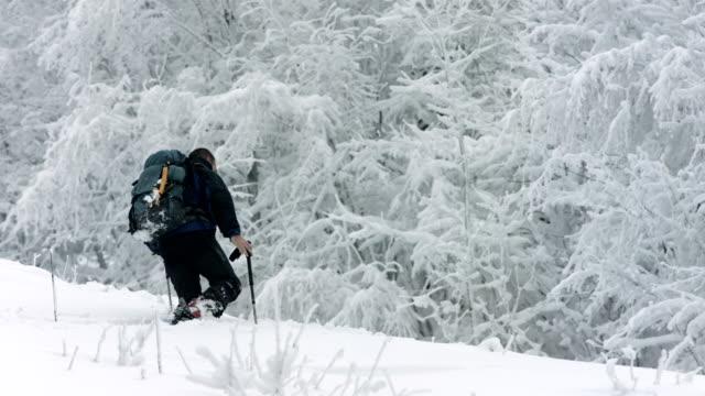 HD: Mann Trudging durch tiefen Schnee