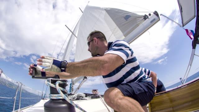 WS Mann Drehen der Seilwinde Griff oben