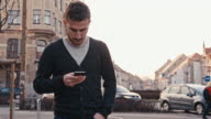 MS uomo digitando SMS mentre camminate In città