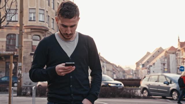 Frau Mann Schreiben von SMS während die zu Fuß In die Stadt
