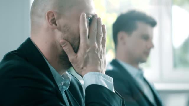 Mann unter stress bei der Arbeit. Großunternehmen