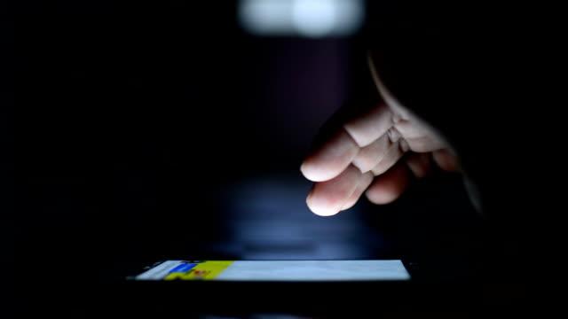 Man gebruiken smartphone's nachts.