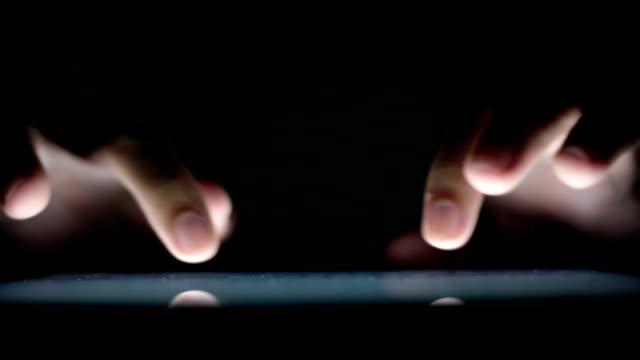 Man gebruikt tablet close-up