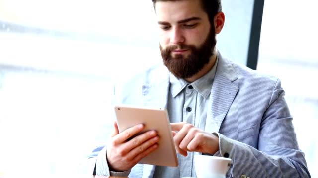 Mann mit digitalen tablet.