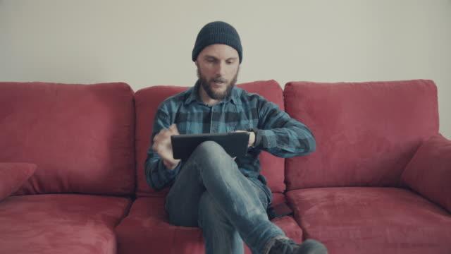 De mens met behulp van digitale tablet krijgt een oproep op slimme horloge