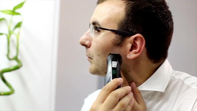 Mann, die elektrische Rasierer