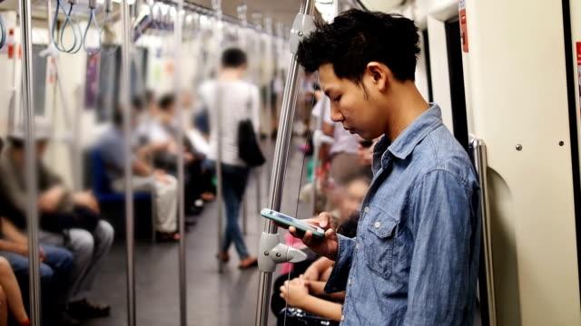 Mann mit seinem Handy