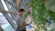 Uomo usando il computer portatile nel terminal aeroportuale