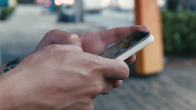 Man met mobiele telefoon