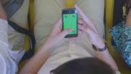 Mann, mit smartphone, auf dem Green-screen